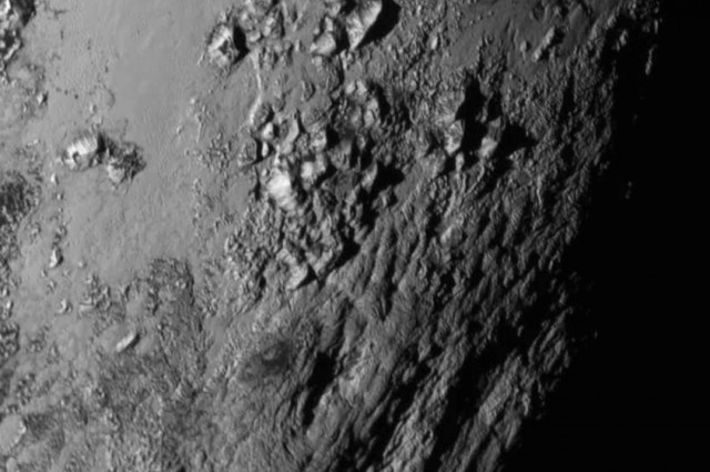 Pluto a jeho povrch s horami. Najvyššia zachytená má výšku až 3 500 m (foto: NASA)