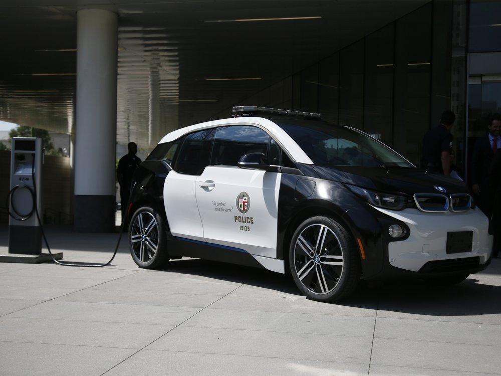 BMW i3 vo farbách LAPD pri nabíjacej stanici (foto: BMW)