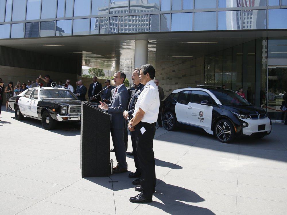 Typické vozidlá LAPD minulosti verzus elektrické BMW i3 (foto: BMW)