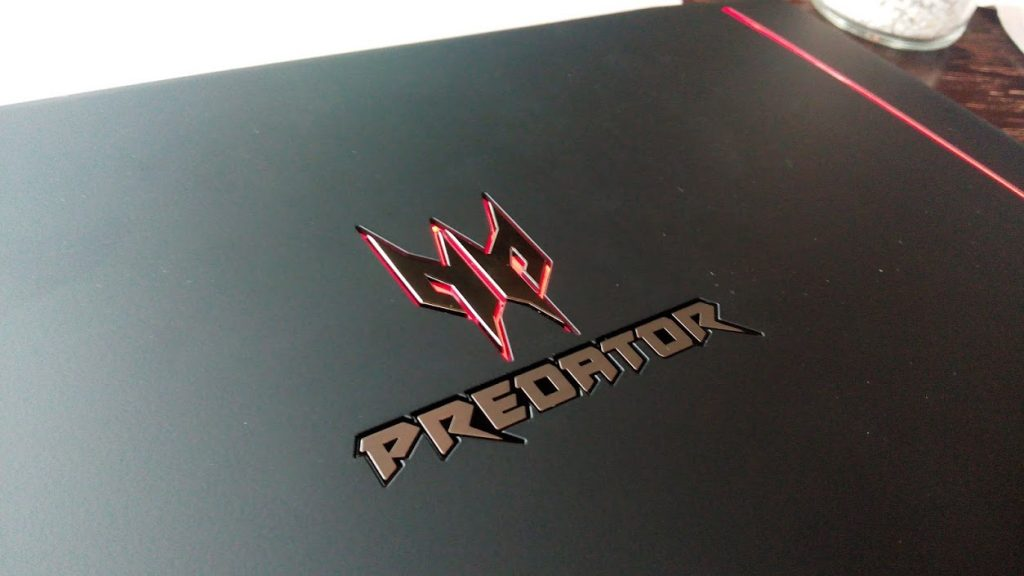 Herný notebook radu ACER PREDATOR s podsvieteným logom na kryte (foto: 3digital.sk)