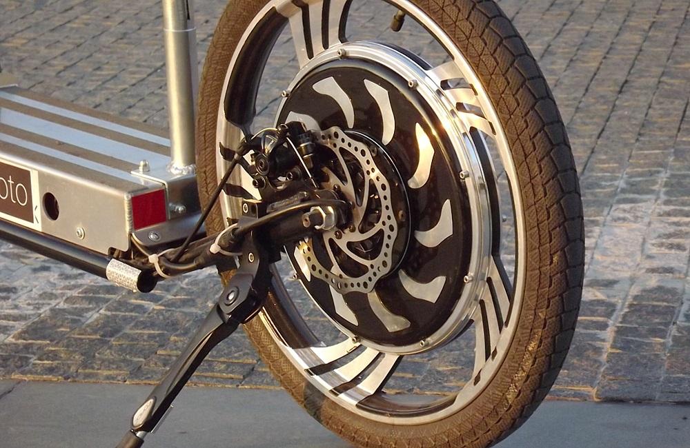 Elektrický motor je zakomponovaný priamo do zadného kolesa. Žiadna reťaz, iba priame spojenie rotora s kolesom.
