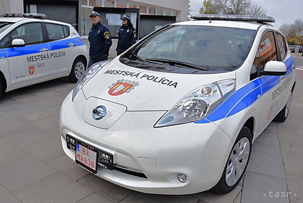 Mestská polícia v Šali jazdí dvomi elektromobilmi (foto: TASR)