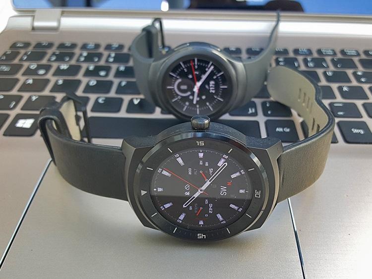 Vpredu LG G Watch, vzadu Samsung Gear S2 Urban (Foto: Erik Stríž)