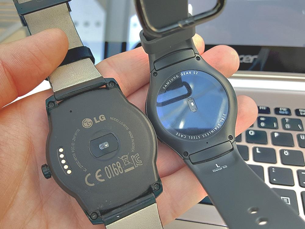 Senzory srdcového tepu. Vľavo LG G Watch, vpravo Samsung Gear S2 Urban (Foto: Erik Stríž)