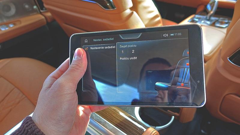 Tablet značky Samsung sa dá vybrať z lakťovej opierky.