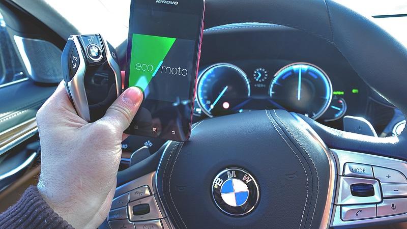 V ekologickom jazdnom režime je vodič informovaný o tom, či sa batérie práve nabíjajú alebo vybíjajú. To je ten ciferník vpravo.