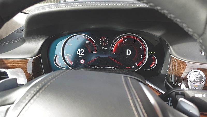 Športový jazdný mód sa prejavuje radikálnou zmenou reakcií motora, okrem toho sa zmení aj grafika palubného počítača.