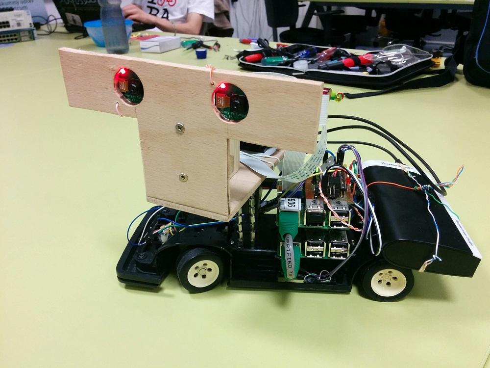 Prototyp DriVR. Dvojica kamier sleduje okolie a nakláňa sa podľa pohybov hlavy používateľa.