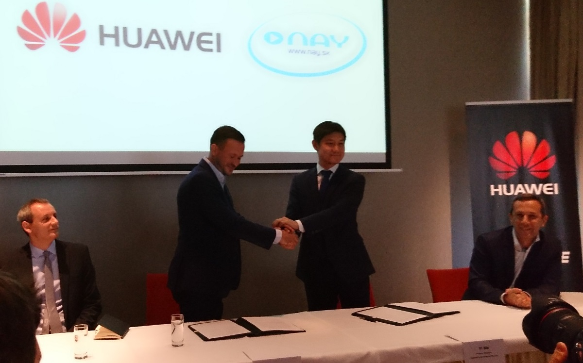 Zmluvu o strategickom partnerstve podpísali Emil Huraj (Nay) a Yi Shi (General Manager Huawei SK). (foto: 3Digital.sk)