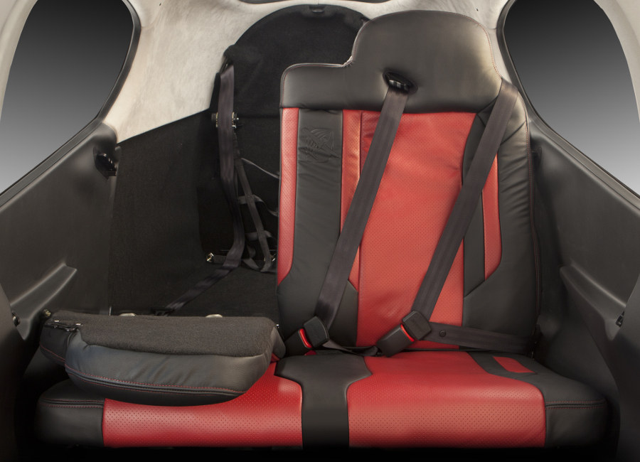 Zadné sedadlá sú sklápacie - praktické riešenie (foto: Cirrus)