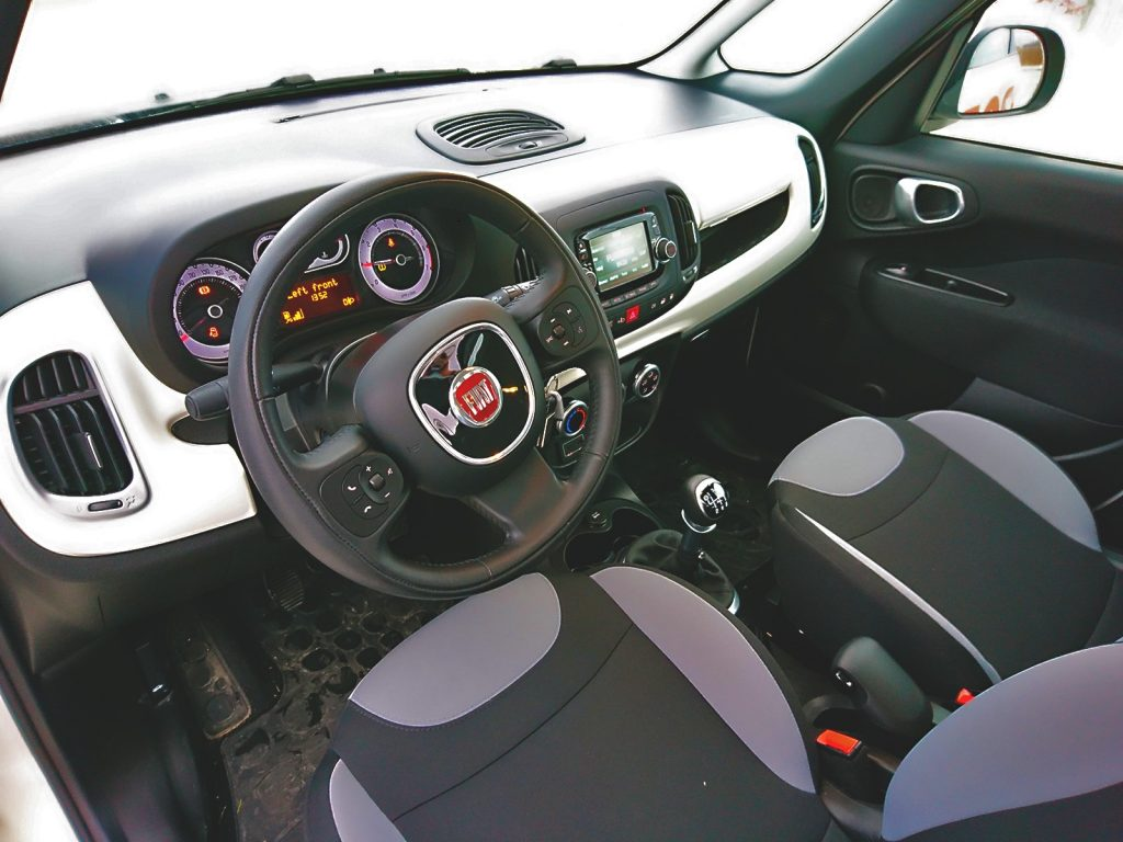 Interiér Fiat 500L 1,4 T-Jet LPG je priestranný, ale nevedel som sa ubrániť pocitu lacnoty. Dôvodom sú najmä tvrdé plasty.