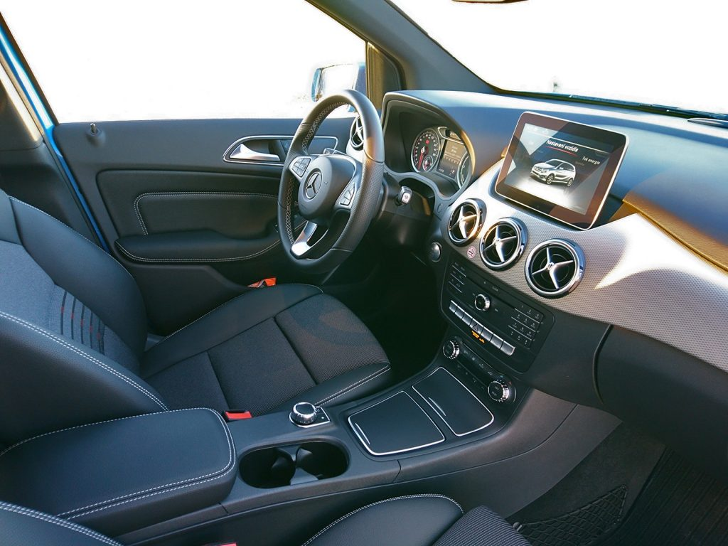 Predná časť interiéru Mercedes-Benz B250e (2016)