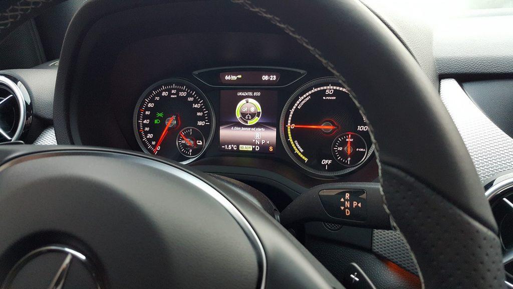 Palubný počítač, Mercedes-Benz B250e (2016)