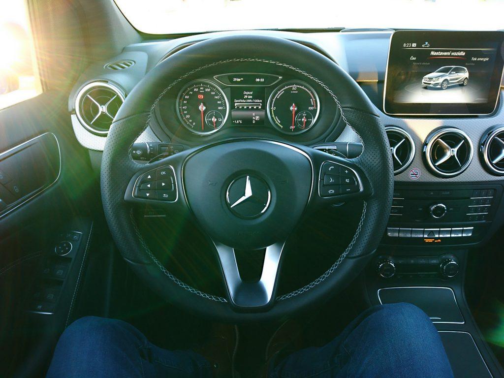 Kokpit vodiča, interiér Mercedes-Benz B250e (2016)