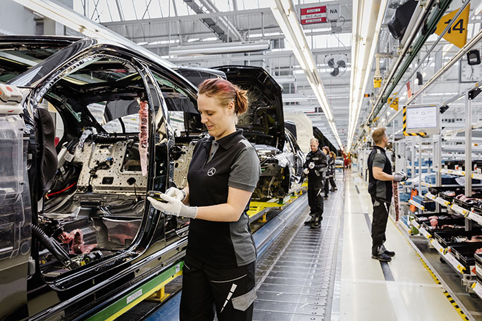 Montage S-Klasse im Mercedes-Benz Werk Sindelfingen ; Assembly of the S-Class at the Mercedes-Benz Sindelfingen Plant;