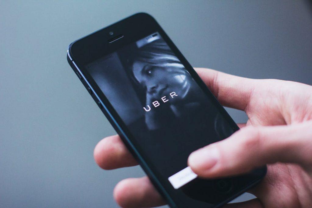 Aplikácia UBER na smartfóne. Ilustračná fotografia.